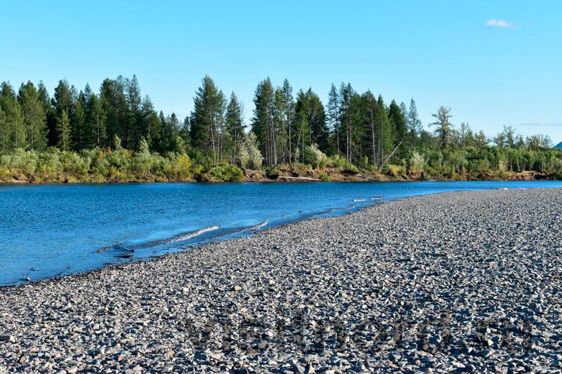 Галечный пляж на рыбалке