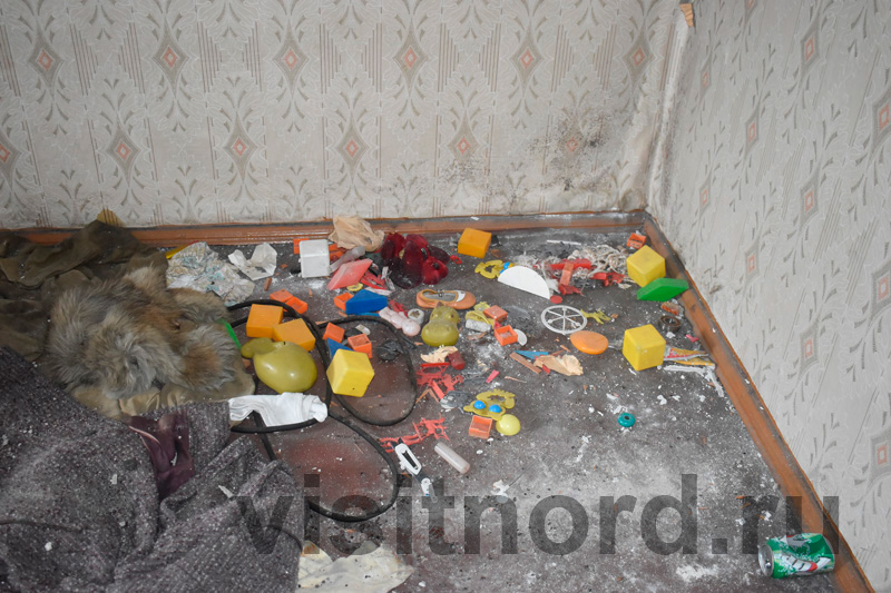 Игрушки на полу в квартире