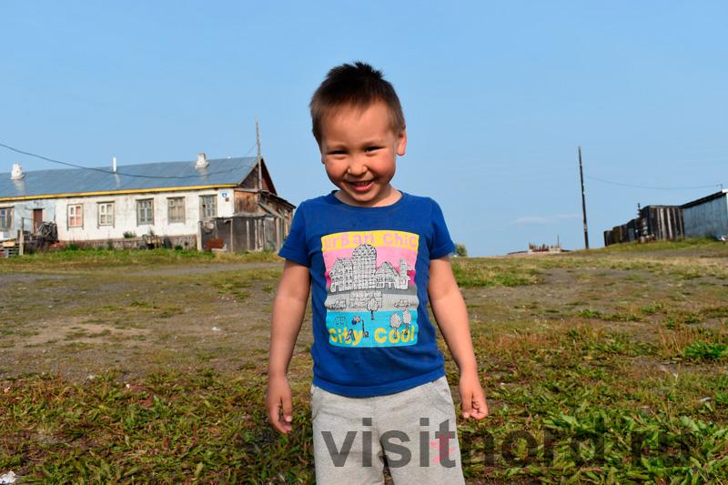Ребенок в селе Снежное