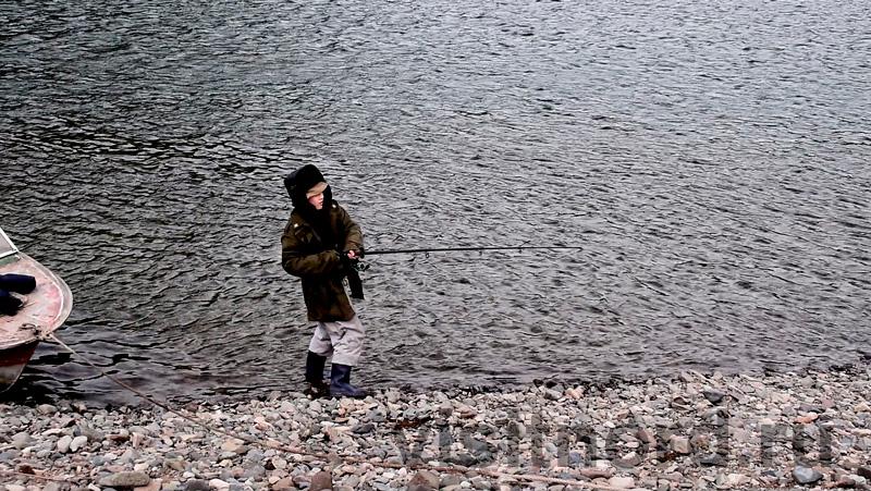 Артем ловит рыбу