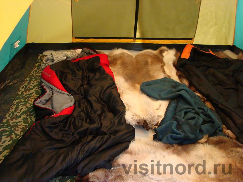 Спальники и оленьи шкуры